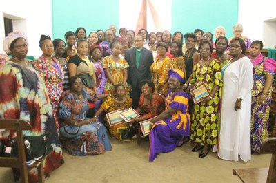 Les participantes du séminaire AEBA posent fièrement avec leur attestation.