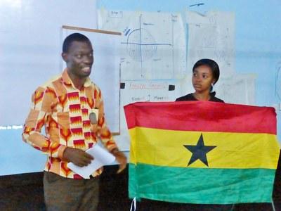 22. Soirée du deuxième jour   à la nuit tombée, les participants présentent tour à tour leur Eglise. Ici, le Ghana...