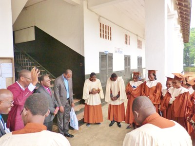 15. Sortie du temple à la fin du culte d'accueil et prière avec la chorale de l'EPMB.