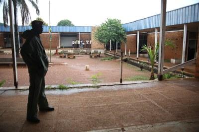 06) Un soldat dans l'enceinte de l'Alliance biblique après un pillage, 2 avril