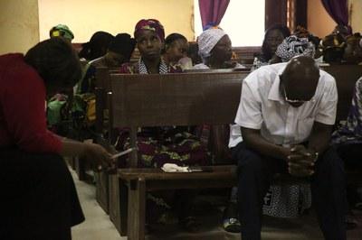 07) Visages empreints de douleur pendant un séance biblique, 2 avril