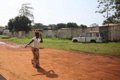 16) Une femme transporte des fruits dans une rue de Bangui, 4 avril