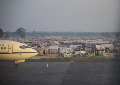 28) Camp de déplacé vu depuis l'aéroport, 8 avril
