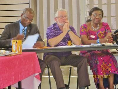 06. ... côte à côte, de gauche à droite, Célestin Kiki, de l'EPMB, secrétaire général de la Cevaa, Etienne Roulet, de l'EERV, et Henriette Mbatchou, de l'EEC, trésorière de la Cevaa.
