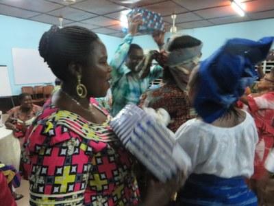 Cérémonie de remise de cadeaux aux formateurs pendant la soirée conviviale  (7)