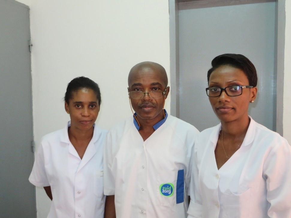 Les trois médecins (au centre le médecin chef), de l'hôpital Emilie Saker, UEBC, Douala ©Cevaa