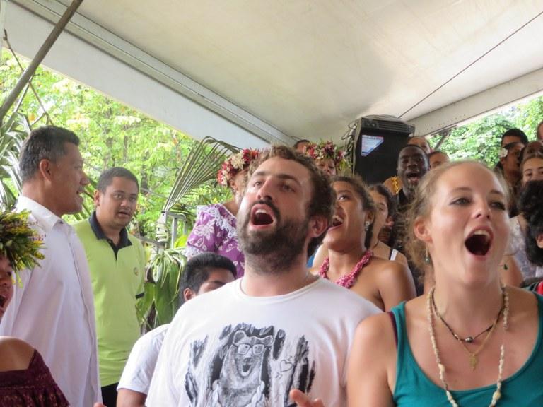 Chant des jeunes Suisses, Français et Maohi pendant le culte d'ouverture
