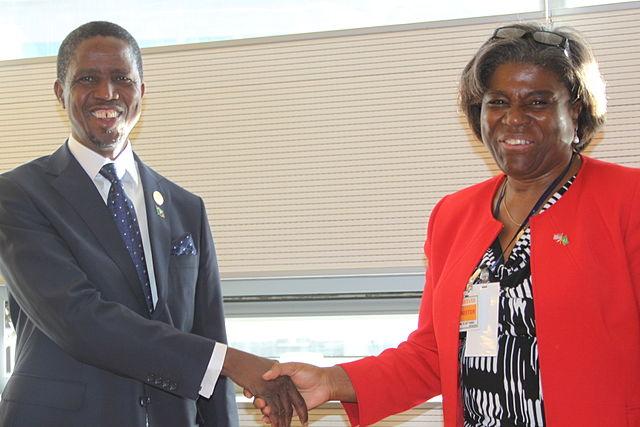 Linda Thomas-Greenfield, sous-secrétaire d'Etat US aux Affaires africaines, et Edgar Chagwa Lungu, président de la Zambie, Janvier 2015, Source : Wikimedia Commons