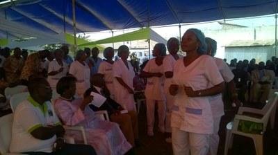 Les employés de la Polyclinique le Bon Samaritain dansent pendant l'inauguration du nouveau bâtiment