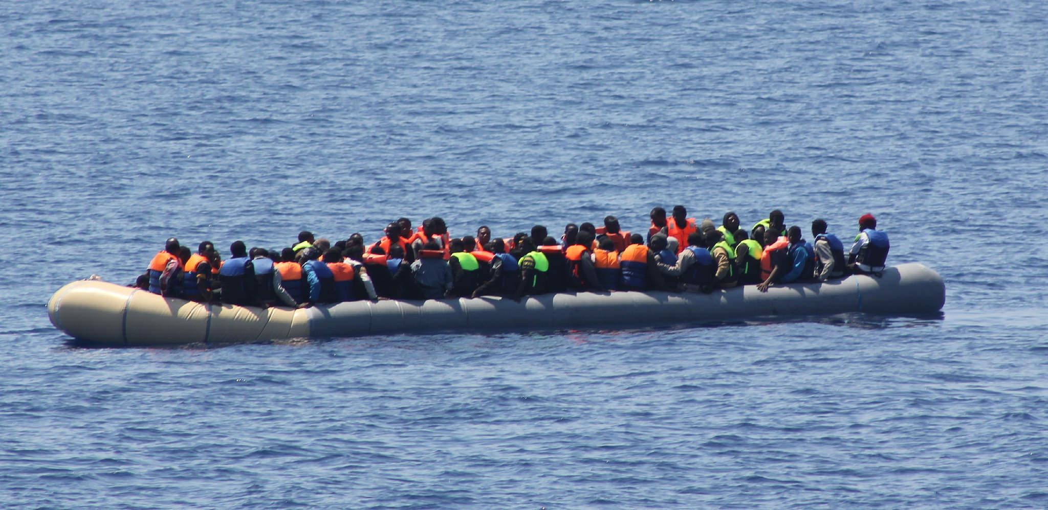 Migrants sur un bateau pneumatique (source : Flickr)